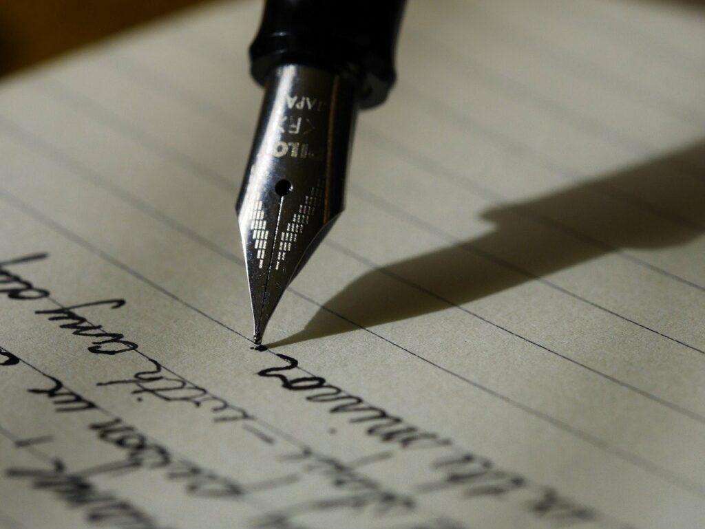 Una pluma fluye sobre las hojas blancas de un cuaderno. Escribe palabras y rellena un espacio vacio.