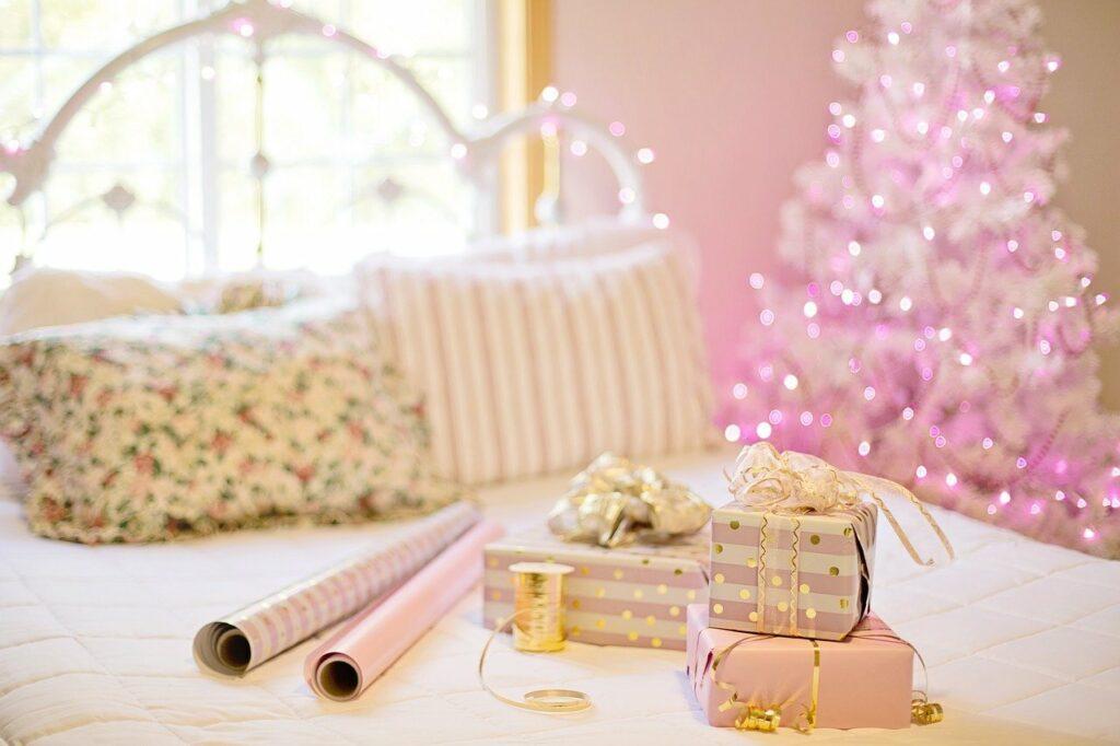 Las decoraciones navideñas no tienen porque ser tradicionales. Se puede ser más creativo. Utiliza nuevos colores como el rosa!