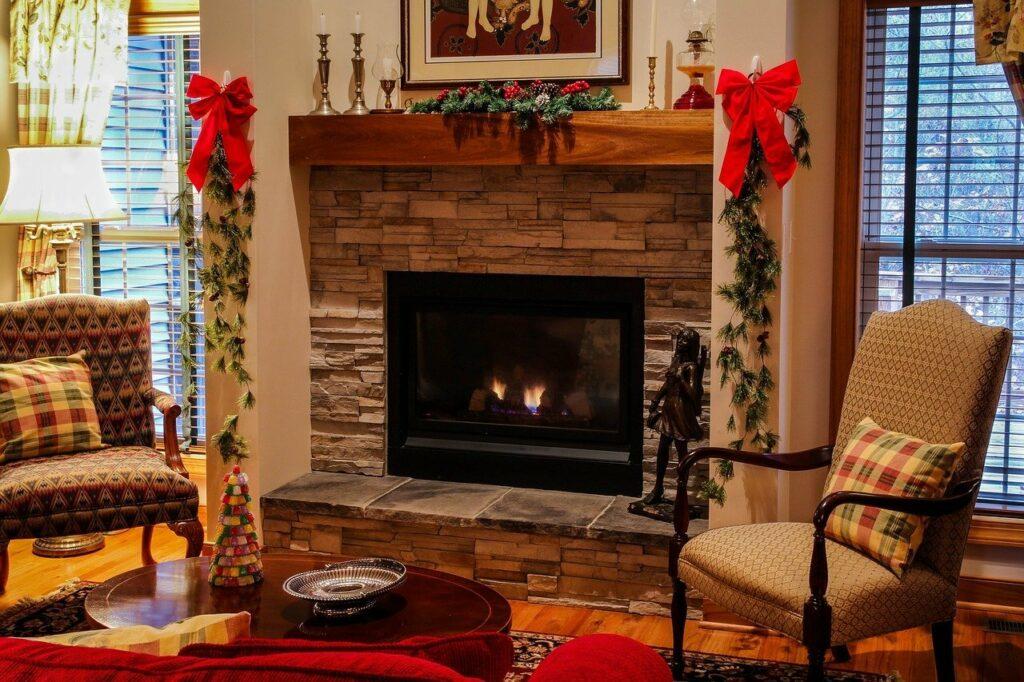 La imagen demuestra que efecto pueden causar decoraciones navideñas simples. En la sala de estar una guirnalda, un par de velas y unos detalles de colores navideños y ya esta. Tan simple puede ser.