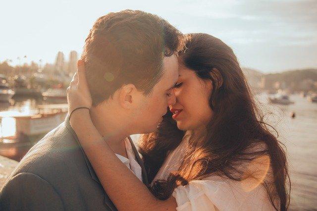 Vemos una pareja a punto de darse un beso. Ella lo sostiene en la nuca y se aproxima. Este es un momento bonito de una relación. ¿Será una relación Sugar? Las ventajas de tener un Sugar Daddy es poder vivir los mismos momentos que cualquier otra relación.