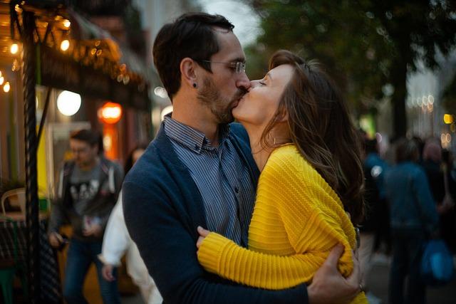 Sugar Baby Lifestyle: Vemos una pareja en un momento íntimo. Se están dando un beso apasionado. Es un Sugar Daddy con su Sugar Baby.
