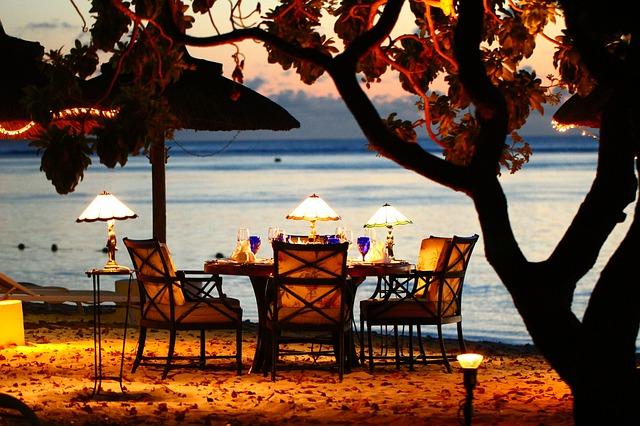 Sugar Baby Lifestyle – Una cena romántica a las orillas del mar durante el atardecer. La imagen muestra como podría ser.