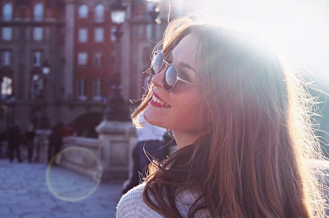 Sugar Baby Lifestyle – En la imagen vemos a un mujer joven y atractiva disfrutando del día. Le esta sonriendo a la vida.