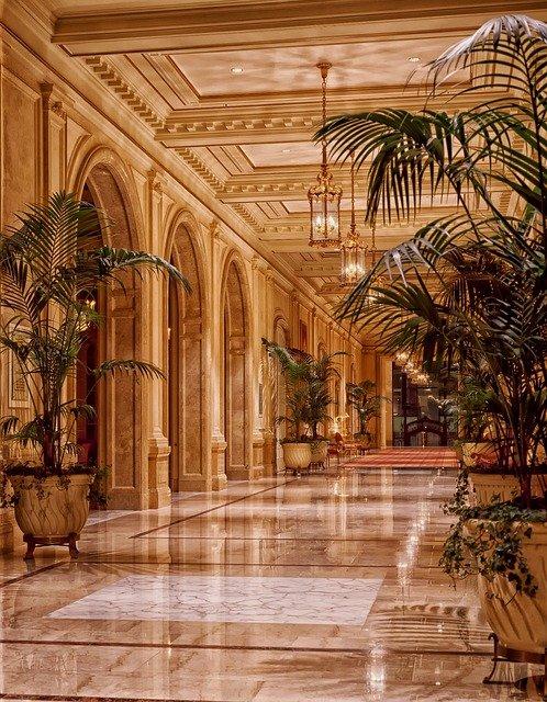 Sugar Baby Lifestyle – La imagen muestra cómo serán los hoteles dónde se hospedará una Sugar Baby. Puro Lujo, mármol y acabados perfectos. Plantas exóticas y juegos de luces bonitos.