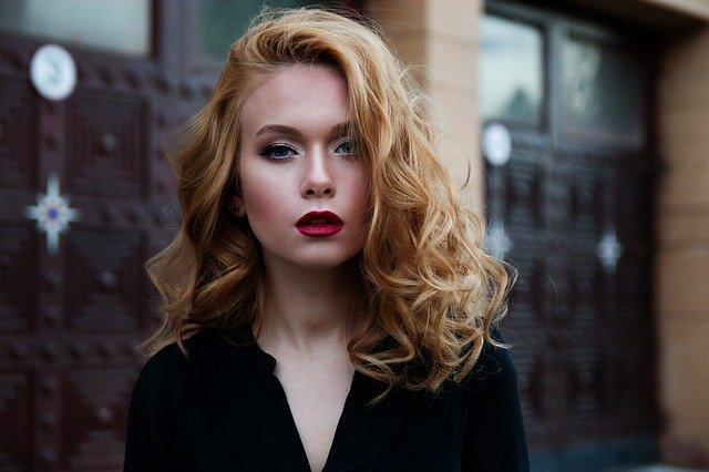 Chicas jóvenes: Vemos a una mujer joven, elegante y con un resplandor excepcional. Es muy bella y esta alistada. Los labios pintados de rojo, el pelo suelto de color dorado y unos ojos hermosos.