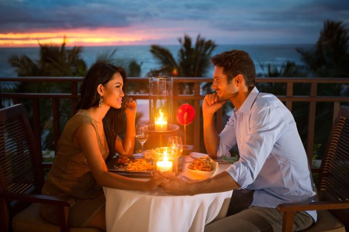 Etiqueta: En la imagen vemos a dos personas que están teniendo su primera cita romántica. En ocasiones como estas es importante saber cómo hay que comportarse.
