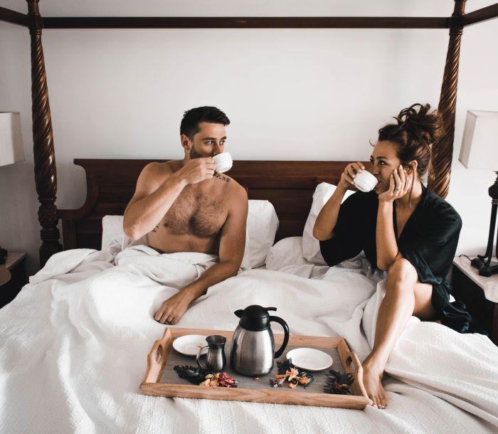 Etiqueta: El desayuno en la cama después de una noche maravillosa. La Sugar Baby le sonríe al Sugar Daddy y se les nota que están felices.