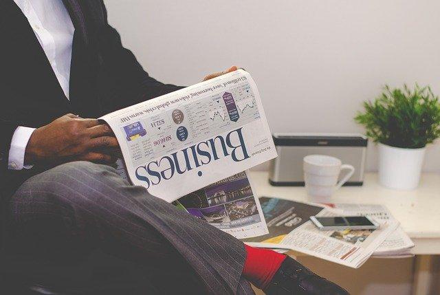 Hombre millonario: En la imagen vemos a un hombre sentado leyendo un periódico. De hecho, se trata de un periódico de negocios. Por seguro, es un hombre millonario que se está informando del mercado.