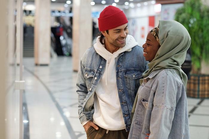 Primera cita: vemos a dos personas teniendo una conversación interesante. Ella esta feliz y él también. Así debe ser, pero sólo se logra si el tema de conversación es bueno.