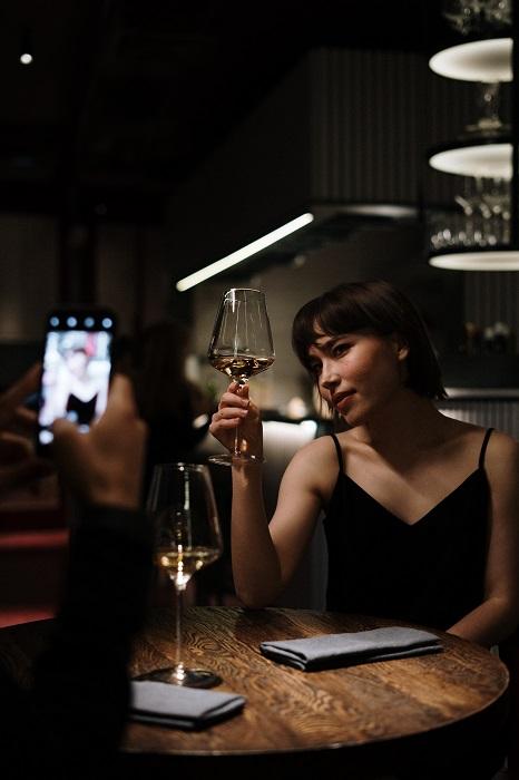 Primera cita: Un hombre saca una foto con su teléfono celular de su pareja. Están en un restaurante y ella parece sentirse muy bien. Se siente especial, sexy y sensual.