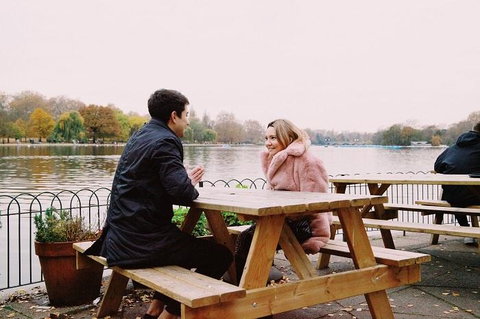 Primera cita: vemos a dos personas sentadas, mirándose. Él parece estar concentrado en ella y ella parece estar feliz. Quizás es la primera vez que alguien la escucha. Así debería ser una buena pareja, alguien que escucha activamente.