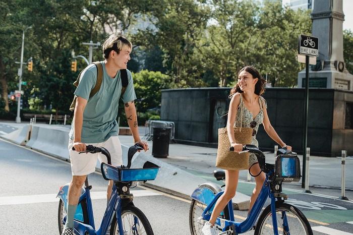 Primera cita: Dos personas haciendo un tour en bicicleta. Ambos parecen estar felices. El y ella se miran y no le ponen atención a la calle. Por supuesto, ¡están enamorándose! Así debe ser un encuentro romántico, nada parece ser relevante, excepto la persona de al frente.