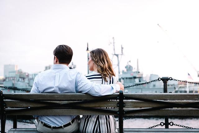 Sugar Dating: Vemos a dos personas sentadas sobre un banco que esta a la orilla de un rio. Parece ser un momento exclusivo entre Sugar Daddy y Sugar Baby, una cita romántica o solo un paseo por la tarde.