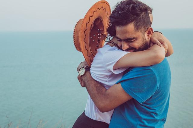 Temor al compromiso: En la imagen vemos a un hombre que no le tiene miedo al compromiso. Abraza fuertemente a su pareja y se nota que esta feliz. Tiene una cara de alegría y se nota que esta disfrutando del momento junto a ella.